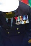 Betender Marineoffizier, an die Toten erinnernd Stockfotografie