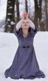 Betendes junges Mädchen im mittelalterlichen Kleid Stockfotografie
