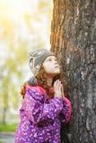 Betendes kleines Mädchen, das oben schaut Glücklicher Kindheits- und Weltfrieden Lizenzfreie Stockfotografie