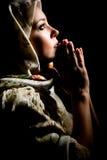 Betendes Mädchen mit Schal auf Kopf. Retouched Stockbilder