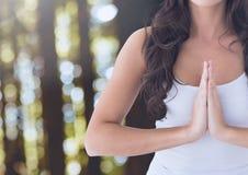 Betendes meditierendes Yoga der Frau ruhig im Wald lizenzfreies stockfoto