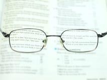 Beter om met de glazen te lezen Royalty-vrije Stock Afbeeldingen