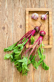Beterraba com partes superiores do vegetal na bandeja de madeira Foto de Stock Royalty Free