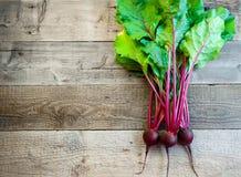 Beterraba madura fresca no fundo de madeira velho Alimento biológico copie o espaço para seu texto Fotos de Stock