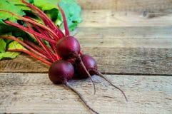 Beterraba madura fresca no fundo de madeira velho Alimento biológico copie o espaço para seu texto Foto de Stock Royalty Free