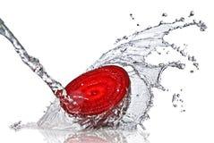 Beterraba vermelha com respingo da água imagens de stock