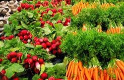Beterrabas vermelhas e cenouras alaranjadas no mercado Fotos de Stock Royalty Free