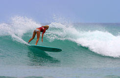 Bethany Hamilton, das in Hawaii surft lizenzfreie stockfotografie