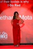 Bethany Mota anda a pista de decolagem no vermelho ir para a coleção vermelha 2015 do vestido das mulheres Imagem de Stock