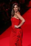 Bethany Mota anda a pista de decolagem no vermelho ir para a coleção vermelha 2015 do vestido das mulheres Imagens de Stock
