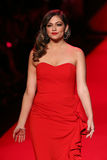 Bethany Mota anda a pista de decolagem no vermelho ir para a coleção vermelha 2015 do vestido das mulheres Fotografia de Stock Royalty Free