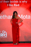 Bethany Mota geht die Rollbahn am Gehungs-Rot für Frauen-rote Kleidersammlung 2015 Stockbild
