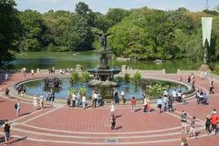 Bethesda Fountain con la opinión de la gente en Central Park en Nueva York Fotografía de archivo libre de regalías