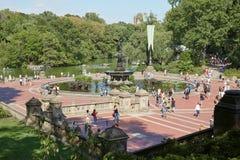 Bethesda Fountain con la opinión de la gente en Nueva York Imagen de archivo