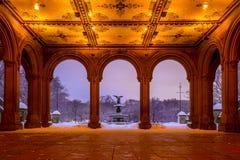 Bethesda Fountain dans le Central Park New York après tempête de neige Photographie stock libre de droits