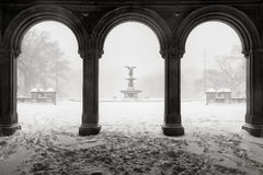 Bethesda Fountain i Central Park, vintersnöstorm, New York City Royaltyfri Foto