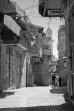 Bethlehem - doorgang in de Stad met de Syrische orthodoxe kerk op achtergrond Stock Foto's