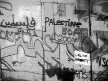 Bethlehem - grafitti na barreira de separação israelita fotos de stock