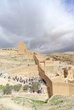 Bethlehem, Israël - 14 février 2017 La vue du Lavra de Sawa a sanctifié dans le désert de Judean - beaucoup de pèlerins à l'entré photos stock