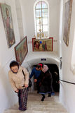 Bethlehem, Israel - 14 de fevereiro 2017 A caverna dos infantes matados de Bethlehem - os peregrinos aumentam da terra à parte su Imagem de Stock Royalty Free