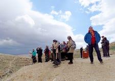 Bethlehem, Israel - 14 de fevereiro 2017 Os peregrinos olham do monte ao Lavra de Savva o consagrado no deserto de Judean, Fotos de Stock