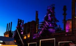Bethlehem Steel staplar rätt efter solnedgång, med purpurfärgad och rosa belysning Fotografering för Bildbyråer