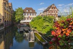 Betimmerd huizen en kanaal met excursieboten in Weinig Venetië, La Tengere Venise, Colmar, de Elzas, Frankrijk royalty-vrije stock foto
