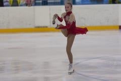 Betina du Belarus exécute le programme de patinage gratuit de filles argentées de la classe IV Images libres de droits