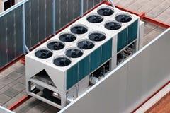 Betingande enheter för yttre luft på en taköverkant royaltyfria foton