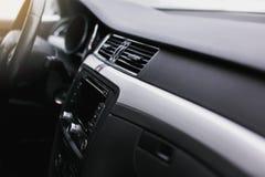 Betingande knapp för luft inom en bil Enhet för klimatkontrollAC i den nya bilen royaltyfri foto