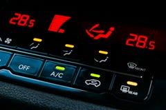 Betingande knapp för luft inom en bil Enhet för klimatkontrollAC i den nya bilen moderna bilinredetaljer royaltyfri fotografi