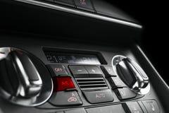 Betingande knapp för luft inom en bil Enhet för klimatkontrollAC i den nya bilen moderna bilinredetaljer Specificera för bil Bili royaltyfri foto