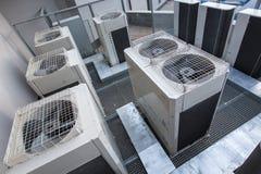 Betingande utrustning för luft uppe på en modern byggnad arkivfoto