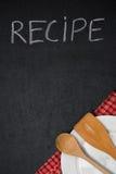 Betitla receptet som är skriftligt i krita på en svart tavla, tom platta Royaltyfria Foton