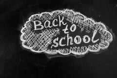 Betitla tillbaka till skolan som är skriftlig vid vit krita på den svarta svart tavlan Fotografering för Bildbyråer