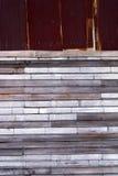 Betitlar gammal rost galvaniserat metall och trä väggen Arkivfoto