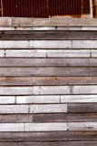 Betitlar gammal rost galvaniserat metall och trä väggen Royaltyfri Fotografi