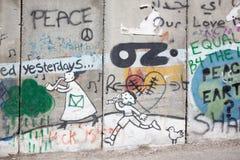 Betlehem - detaljen av graffittien på avskiljandebarriären Den symboliska stegen av fred som är destinerad till himlen Fotografering för Bildbyråer