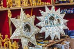 BETLEHEM ISRAEL - FEBRUARI 19, 2013: Väggar av souvenir shoppar wi Arkivbilder