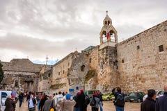 BETLEHEM ISRAEL NOVEMBER 2011: Turister utanför kyrkan av Kristi födelse arkivbild