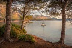 Betlem, nahe Colonia De Sant Pere, Bucht, Einlass, Boot, Yacht, Bäume, Strand, Natur, Dämmerung, Sonnenuntergang, Reflexion auf M stockfotos