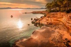 Betlem, vicino a Colonia De Sant Pere, baia, entrata, barca, yacht, alberi, spiaggia, natura, crepuscolo, tramonto, riflessione s fotografia stock libera da diritti