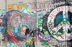 Betlemme - il dettaglio del graffitti sulla barriera di separazione fotografie stock libere da diritti