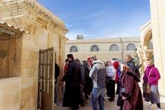 Betlemme, Israele - 14 febbraio 2017 La caverna degli infanti uccisi di Betlemme - i pellegrini discendono nell'ambito della terr Fotografie Stock