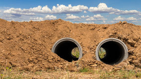 Beton drymby, zakopująca ziemia i niebo, obraz royalty free