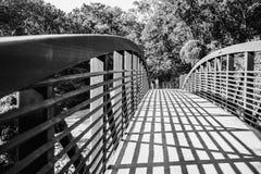 Beton en Metaalbrug met Kruiselingse Recente Middagschaduwen Royalty-vrije Stock Foto