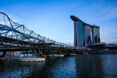 Beton met statinless brug aan Marina Bay Sands Hote wordt behandeld die Stock Fotografie