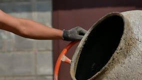 Beton mieszany jest w betoniarce bliskiego betonu mieszany w zaprawie betoniarki zdjęcie wideo