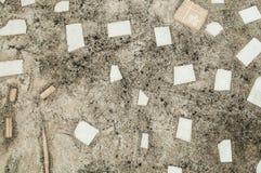 Beton mit gebrochener Keramikfliesenbeschaffenheit Lizenzfreies Stockbild