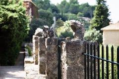 Beton poczty z kamieniami przy końcówkami zdjęcia stock